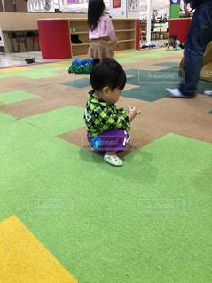草の中に立っている小さな男の子 - No.896982