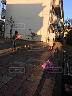 歩道上に立って人々 のグループの写真・画像素材[918813]
