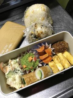 トレイの上に食べ物の種類でいっぱいのボックスの写真・画像素材[933326]