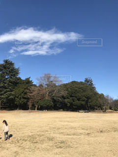 汚れフィールドの上に立っている人の写真・画像素材[933332]
