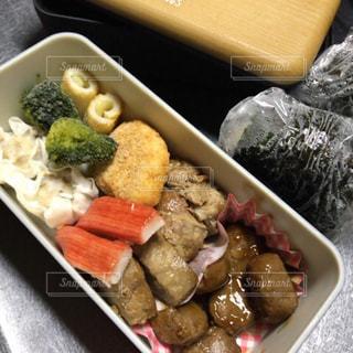 肉と野菜の入ったプラスチック容器 - No.933588