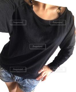 黒の t シャツを着ている人の写真・画像素材[977232]