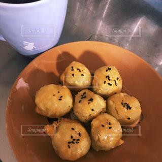 食品とコーヒーのカップのプレートの写真・画像素材[977233]