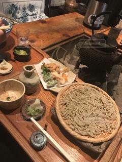 テーブルの上に食べ物のボウルの写真・画像素材[990153]