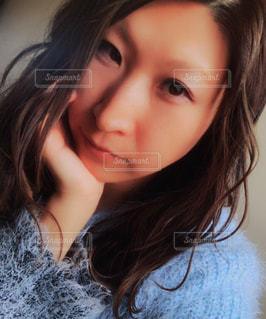 近くの女性のアップの写真・画像素材[990155]
