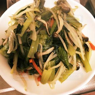 肉と野菜をトッピング白プレートの写真・画像素材[1144555]