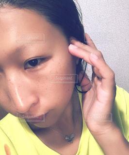 携帯電話で話している若い女の子の写真・画像素材[2387664]