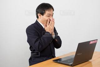 パソコンの前で驚くスーツの男性 - No.681396