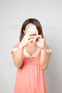 自撮りする女性の写真・画像素材[753696]