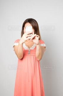 カメラにポーズ鏡の前に立っている女性の写真・画像素材[753697]