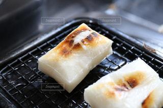 網で焼く餅の写真・画像素材[938508]