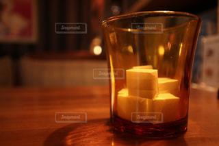 近くのテーブルの上のガラスのコップ - No.954852