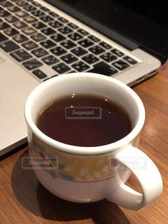 コーヒーとノートパソコンの写真・画像素材[1290442]