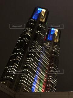 夜のライトアップされた都庁の写真・画像素材[1413679]