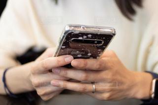 スマホを使う女性の手のクローズアップの写真・画像素材[2419491]