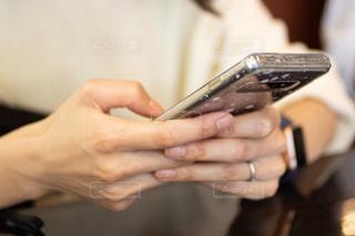 スマホを使う女性の手の写真・画像素材[2426916]