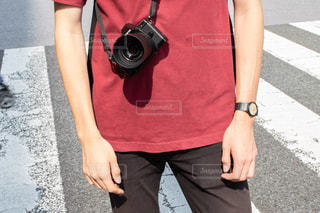 カメラを提げた男性の写真・画像素材[2426924]