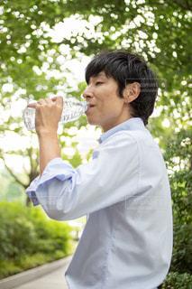 ミネラルウォーターを飲む男性の写真・画像素材[2442580]