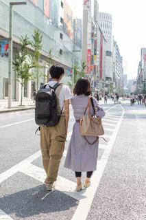 街の通りを歩く男女の写真・画像素材[2442723]