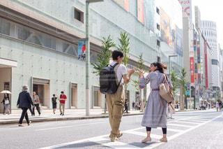 通りを歩いている男女の写真・画像素材[2442725]