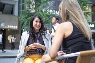 外国人と楽しく会話する女性の写真・画像素材[2478747]