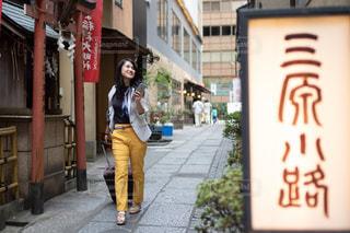 三原小路を歩く女性の写真・画像素材[2512082]