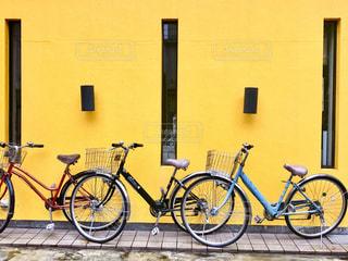 建物の前に駐車している自転車の写真・画像素材[2797654]