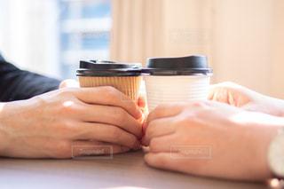 カップを持つ2人の手の写真・画像素材[2948353]
