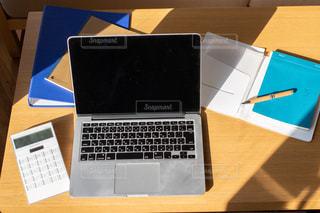 木製のテーブル上のラップトップコンピュータの写真・画像素材[3059219]