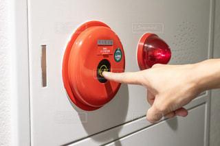 火災報知器を押す手の写真・画像素材[3064793]