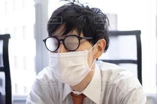 マスクで曇った眼鏡をかけている男性の写真・画像素材[3064794]