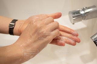 指先まで丁寧に洗っている手の写真・画像素材[3064973]