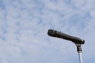 青空とマイクロフォンの写真・画像素材[3095316]