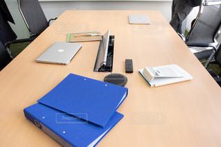 テーブルの上に座っているラップトップコンピュータ付きの机の写真・画像素材[3153879]