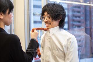 女性にネクタイを引っ張られる男性の写真・画像素材[3250833]