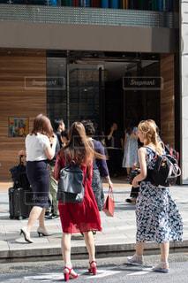 高級店に向かって歩く外国人のグループの写真・画像素材[3299110]