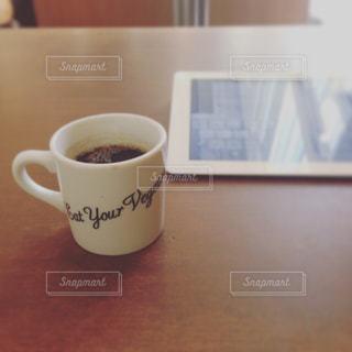 テーブルの上のコーヒー カップの写真・画像素材[936991]