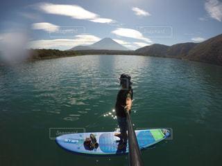本栖湖でサップの写真・画像素材[1575426]