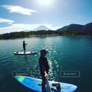 本栖湖でSUPの写真・画像素材[2027509]