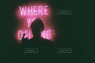 暗闇の中で明るく照らされた看板の写真・画像素材[2309221]