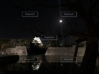 夜に月光にライトアップされた名古屋城の写真・画像素材[1748175]
