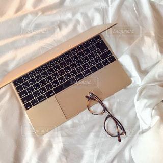 ベッドでお仕事の写真・画像素材[783529]