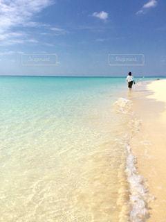 ビーチ  白い砂  きれい 青空  青い海  宮古島  渚  散歩  沖縄の写真・画像素材[600924]