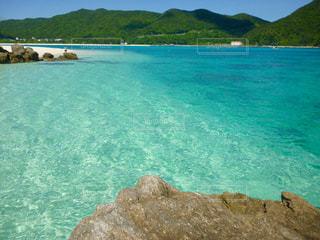 青空  青い海  透明感  エメラルドグリーン  海  山  自然  きれいの写真・画像素材[600929]