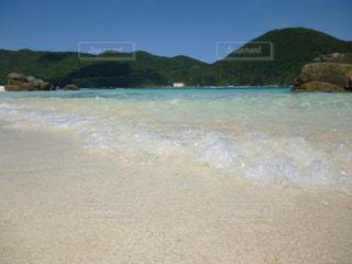 青空  青い海  透明感  エメラルドグリーン  海  山  自然  きれいの写真・画像素材[600930]