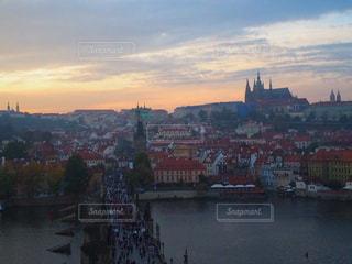 夕暮れのプラハ城とカレル橋の写真・画像素材[2659268]