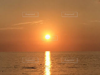 海の横にあるビーチに沈む夕日の写真・画像素材[752296]