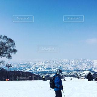 雪に覆われた斜面に立っている人 - No.754953