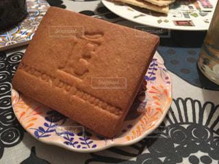 テーブルの上のケーキの一部の写真・画像素材[713560]