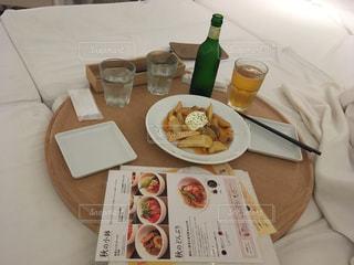 テーブルの上に食べ物のプレート - No.720722